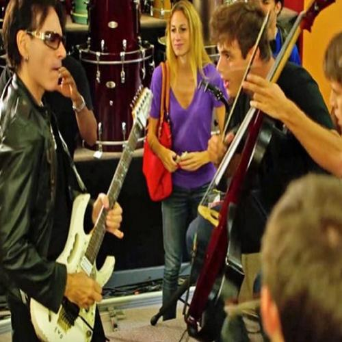 "Rock para todos, 2Cellos toca ""Highway to Hell"" com Steve Vai"