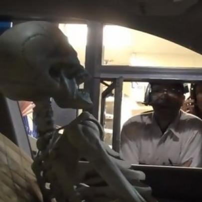 Pegadinha do esqueleto no drive-thru