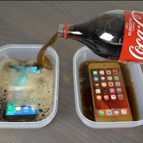 Samsung Galaxy S7 vs iPhone 6s Plus mergulhados na Coca-cola