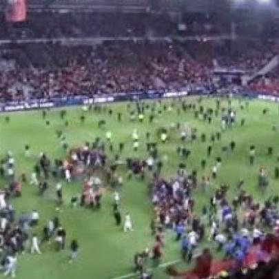 Torcida invadindo o campo - Fans storming the field